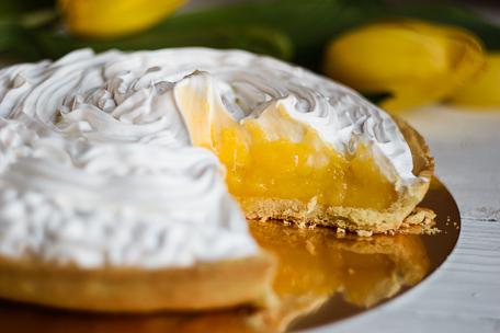 Нежный лимонный пирог с безе