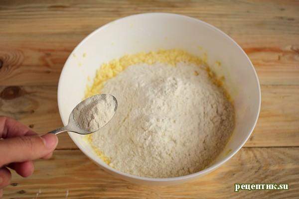 Простой песочный пирог со сливами и сахарной крошкой - рецепт с фото, шаг 3