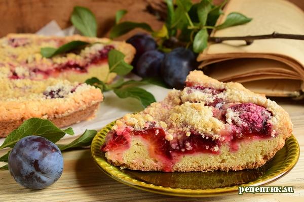 Простой песочный пирог со сливами и сахарной крошкой - рецепт с фото