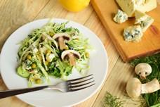 Салат из свежей капусты с сырыми шампиньонами и голубым сыром