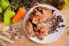 Запеченная свинина, фаршированная овощами